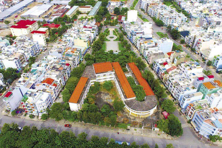 Ngôi trường tiểu học Phú Định được đầu tư 20 tỉ đồng bỏ hoang nhìn từ trên cao - Ảnh: Ngọc Tiến/Lao Động