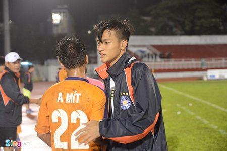 Tro cung cua HLV Miura ghi ban, nhan the do o giai U21 - Anh 1
