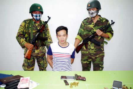 Quang Ninh bat doi tuong Trung Quoc van chuyen vu khi quan dung - Anh 1