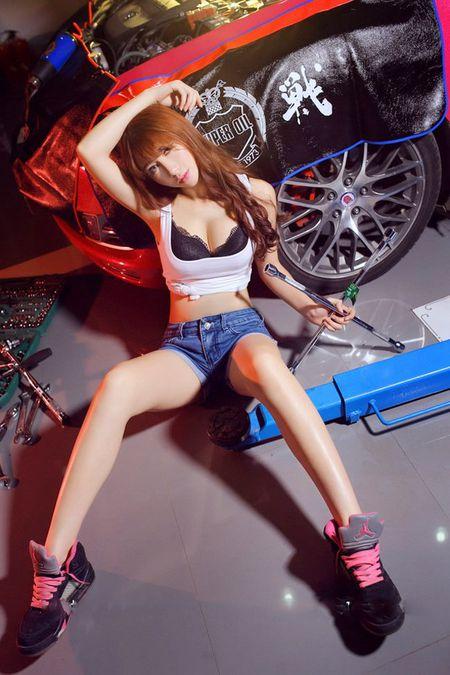 Dung ngoi khong yen khi chan dai sexy sua xe - Anh 12