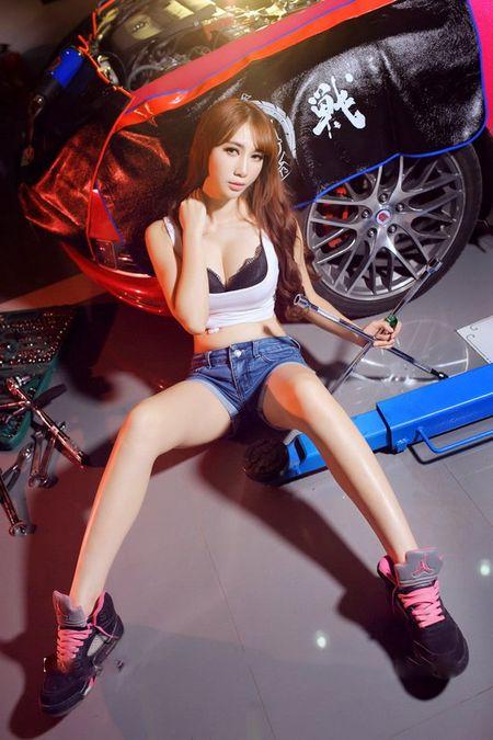 Dung ngoi khong yen khi chan dai sexy sua xe - Anh 14