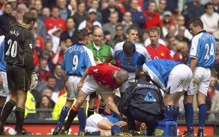 Mot gio den toi cua Sir Alex & nhung tran derby Manchester dang nho nhat lich su - Anh 14