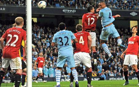 Mot gio den toi cua Sir Alex & nhung tran derby Manchester dang nho nhat lich su - Anh 3