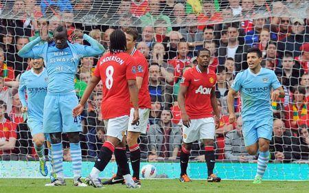 Mot gio den toi cua Sir Alex & nhung tran derby Manchester dang nho nhat lich su - Anh 6