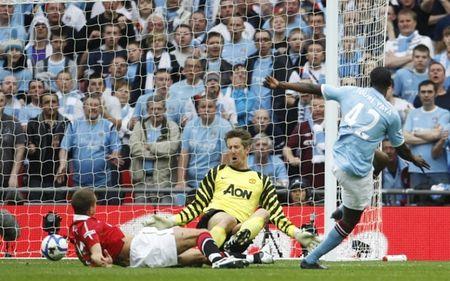 Mot gio den toi cua Sir Alex & nhung tran derby Manchester dang nho nhat lich su - Anh 9