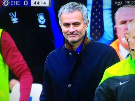 Jose Mourinho no nu cuoi bi an, bi duoi len khan dai - Anh 1
