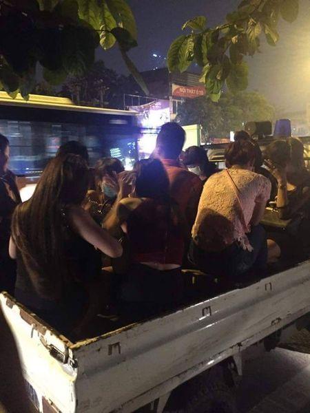 15 phut bat 2 thanh nien dau tran cho 8 co gai toi quan karaoke - Anh 1