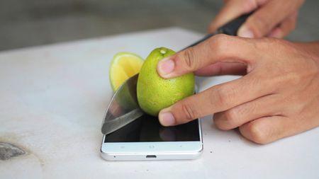 """""""Thot tim"""" khi chung kien smartphone ARBUTUS AR5 bi """"tra tan"""" - Anh 5"""