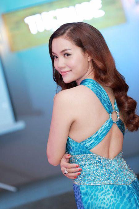 MC Huyen Chau goi cam ben dan A hau, Hoa hau - Anh 11