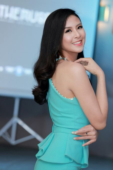 MC Huyen Chau goi cam ben dan A hau, Hoa hau - Anh 6