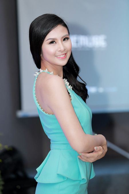 MC Huyen Chau goi cam ben dan A hau, Hoa hau - Anh 7