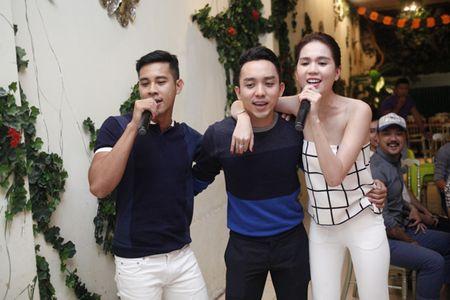 Ngoc Trinh om chat Luong Manh Hai - Anh 8