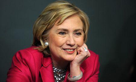 Duoc cong doan lon ung ho, ba Hillary Clinton vung chac ngoi dau - Anh 1