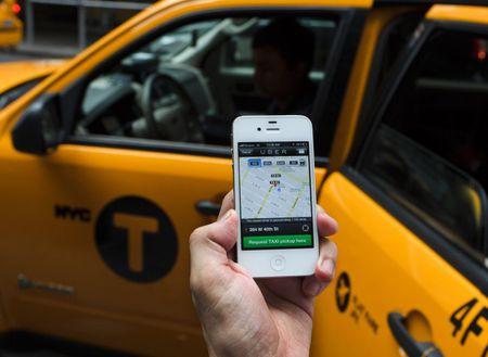 Hiep hoi van tai Ha Noi kien nghi dung hoat dong taxi Uber, Grap - Anh 1