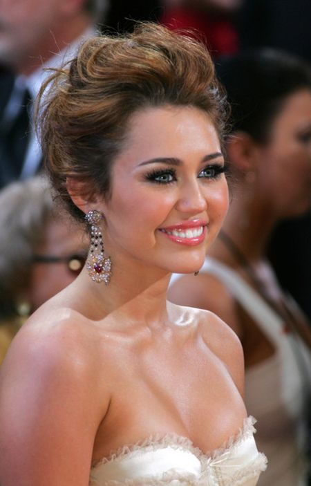 Miley Cyrus hoa cong chua Lo Lem diu dang xinh dep khien fan sung sot - Anh 12