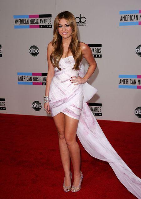 Miley Cyrus hoa cong chua Lo Lem diu dang xinh dep khien fan sung sot - Anh 18