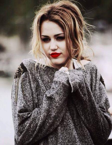 Miley Cyrus hoa cong chua Lo Lem diu dang xinh dep khien fan sung sot - Anh 9