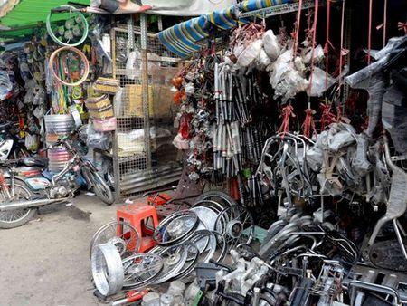 Dot kich cho phu tung xe gian lon nhat Sai Gon, pha duong day 'xe thit' xe - Anh 1