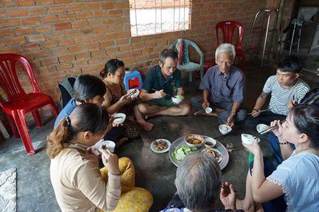 Huynh Van Nen va bua com dau tien voi gia dinh - Anh 4