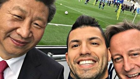 Chu tich Trung Quoc, Thu tuong Anh chup anh 'selfie' voi cau thu Manchester City - Anh 1