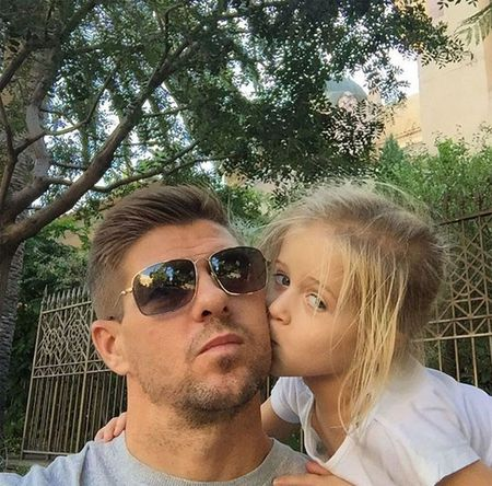 Theo chan sao: Ronaldo selfile cung vo Thiago Silva - Anh 6