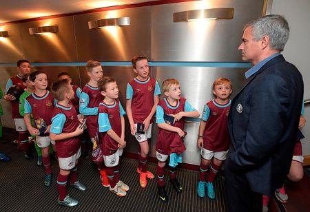 Thua tran thu 5 o NH Anh, Mourinho co nguy co bi sa thai - Anh 15