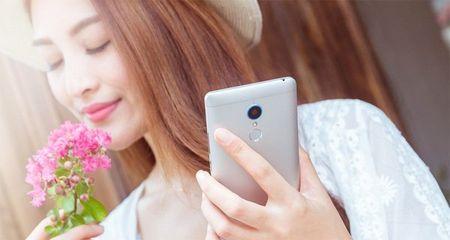 Kieu nu me mai khoe dang voi smartphone - Anh 1