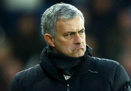 NONG 24h: Mourinho len tieng sau vu xo nga fan nhi - Anh 1