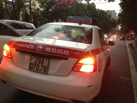 Nguoi dan bat binh vi tai xe taxi co thu, 'day' CSGT 100m - Anh 4