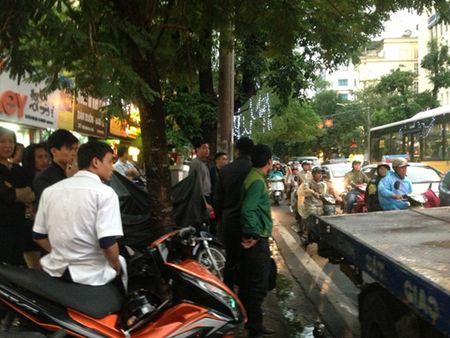 Nguoi dan bat binh vi tai xe taxi co thu, 'day' CSGT 100m - Anh 5