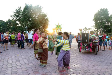 Dac sac Le ruoc thap Pha Sat Phong cua nhan dan Lao - Anh 9
