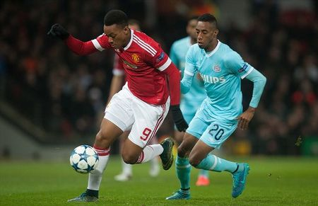 Martial gay that vong, Man United hoa PSV, mat luon ngoi dau - Anh 1