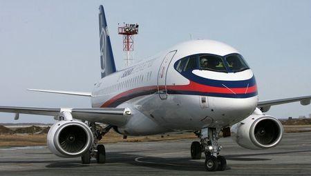 Soi may bay Sukhoi Superjet 100 Nga sap cung cap cho Viet Nam - Anh 11
