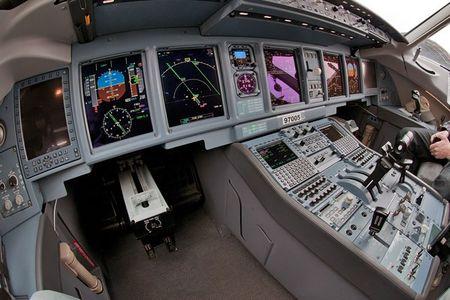 Soi may bay Sukhoi Superjet 100 Nga sap cung cap cho Viet Nam - Anh 6