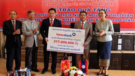 Trao qua cua Pho Chu tich nuoc cho hoc sinh Lao - Anh 1