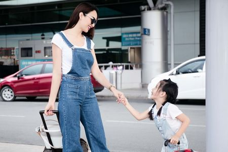 Me con Hoa hau Ngoc Diem dien do doi noi bat tai san bay - Anh 5