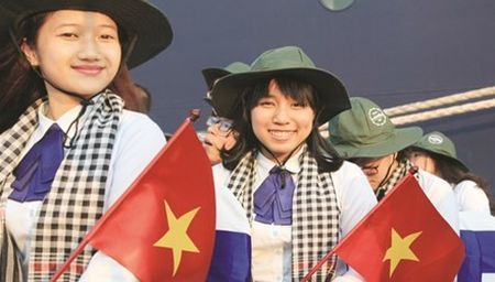 Nu sinh Viet noi chuyen chong lu truoc noi cac Nhat - Anh 1