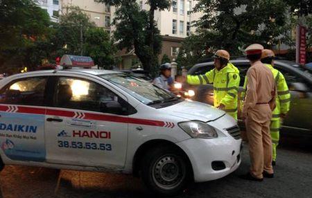"Ha Noi: Tai xe taxi co thu tren xe roi ""bo cua chay lay nguoi"" - Anh 1"
