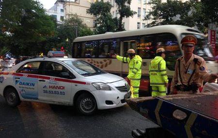 "Ha Noi: Tai xe taxi co thu tren xe roi ""bo cua chay lay nguoi"" - Anh 2"