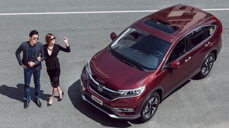 Cap doi nguoi mau khoe dang ben Honda CR-V - Anh 1