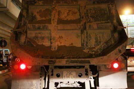 CSGT Ha Noi trang dem xu ly xe tai ban - Anh 1