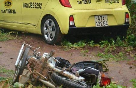 """Taxi """"thoi"""" bay hai xe may, mot phu nu mang thai 7 thang tu vong - Anh 1"""
