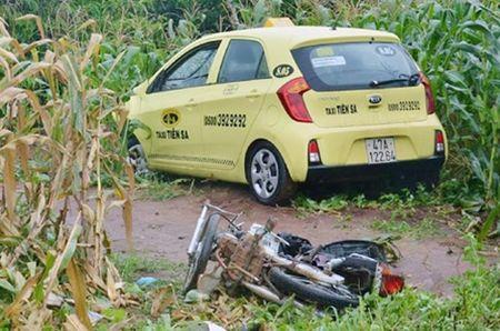 """Taxi """"thoi"""" bay hai xe may, mot phu nu mang thai 7 thang tu vong - Anh 2"""