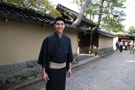 Co gai Nhat giup Noo Phuoc Thinh mac ao kimono - Anh 10