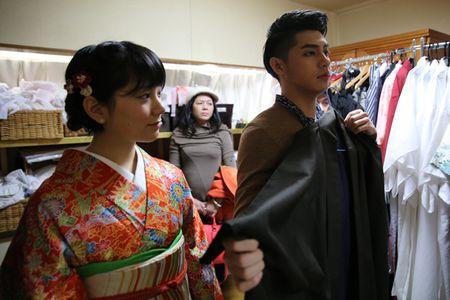 Co gai Nhat giup Noo Phuoc Thinh mac ao kimono - Anh 1