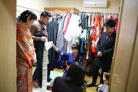 Co gai Nhat giup Noo Phuoc Thinh mac ao kimono - Anh 2
