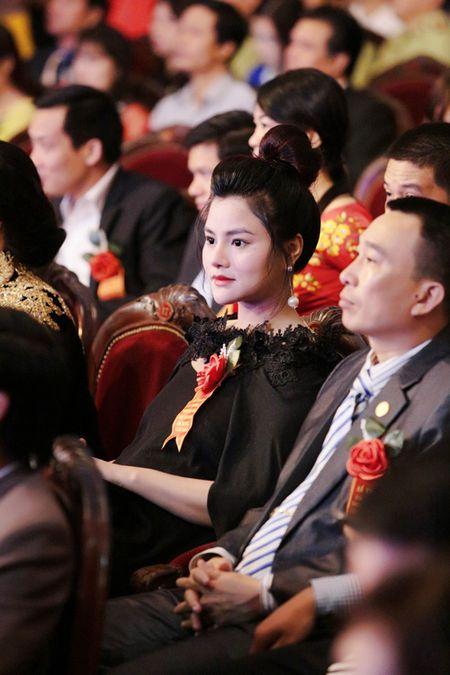 Vu Thu Phuong bung bau khe ne di nhan giai - Anh 1