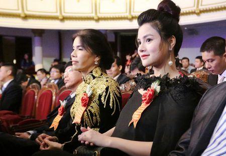 Vu Thu Phuong bung bau khe ne di nhan giai - Anh 2