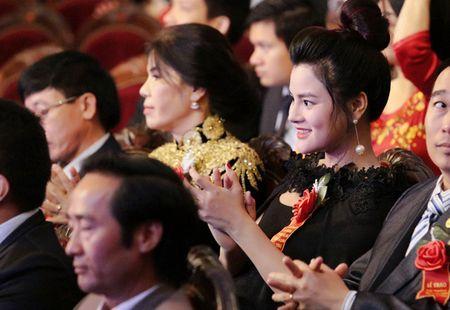 Vu Thu Phuong bung bau khe ne di nhan giai - Anh 3