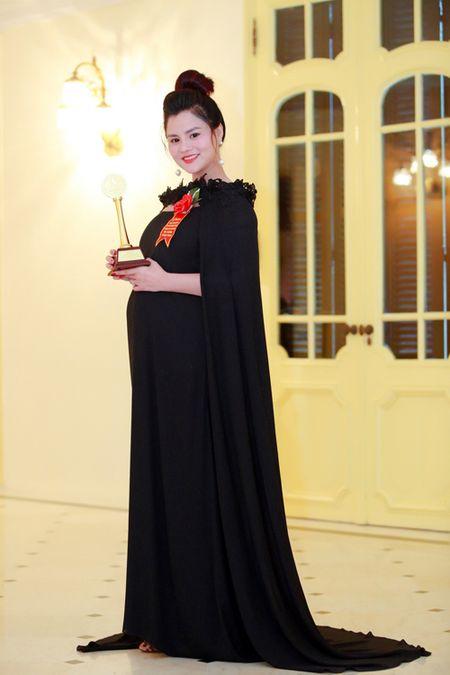 Vu Thu Phuong bung bau khe ne di nhan giai - Anh 6